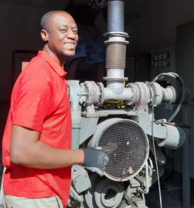 August 2019: Dr. Samuel Okae beim Ausbau des Notstromagregat