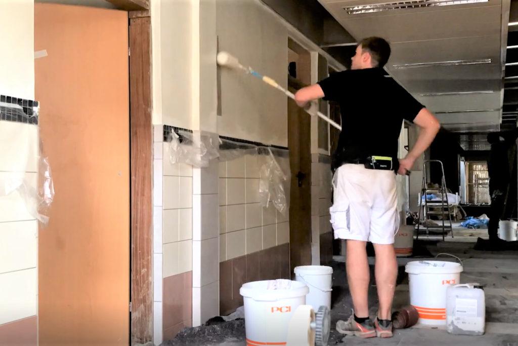November 2019: Hendrik Wilp streicht die Wände im Erdgeschoss