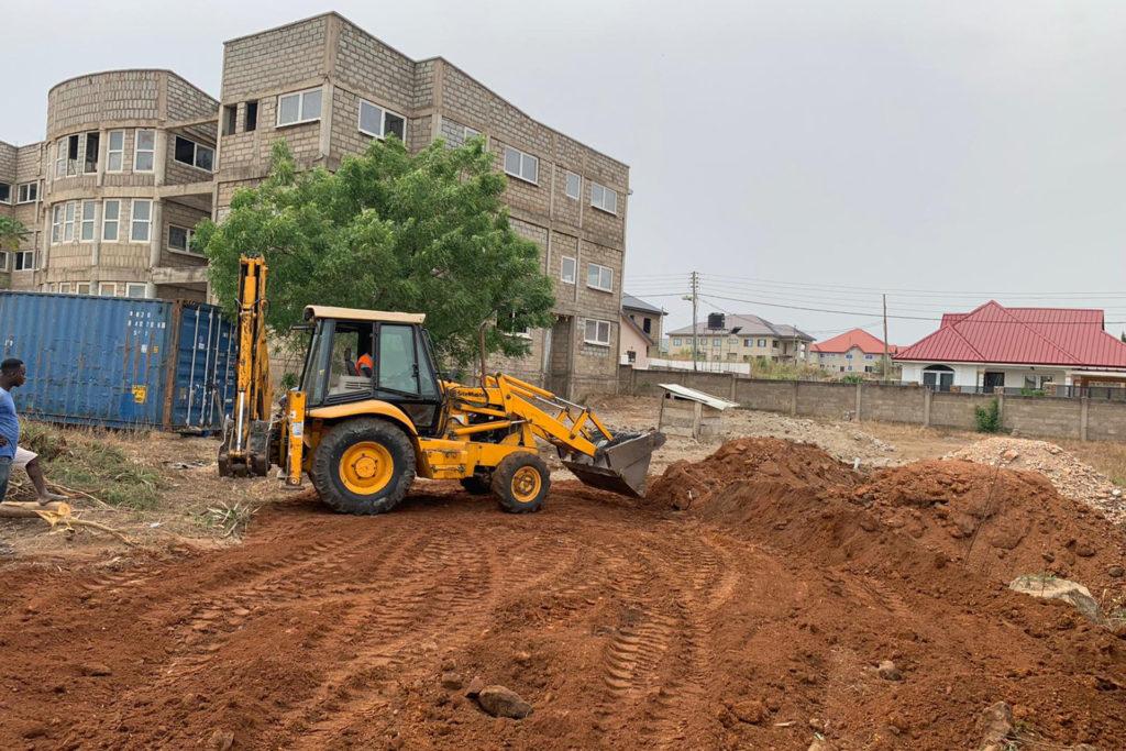 Die Außenflächen werden für den nächsten Bauabschnitt bearbeitet.