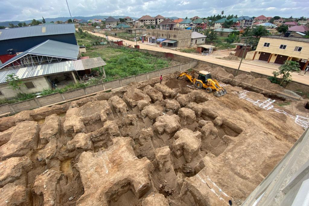 Oktober 2020: Das Erdreich wird für das Fundament des Nebengebäudes ausgehoben.