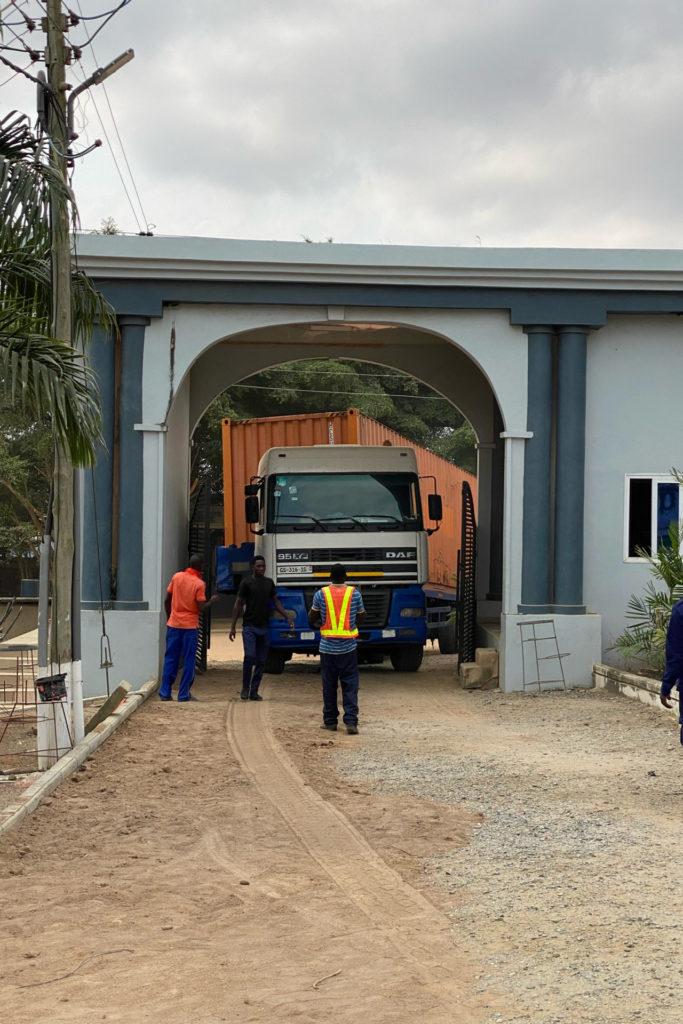 Januar 2021: Der nächste Container kommt auf unserer Baustelle an