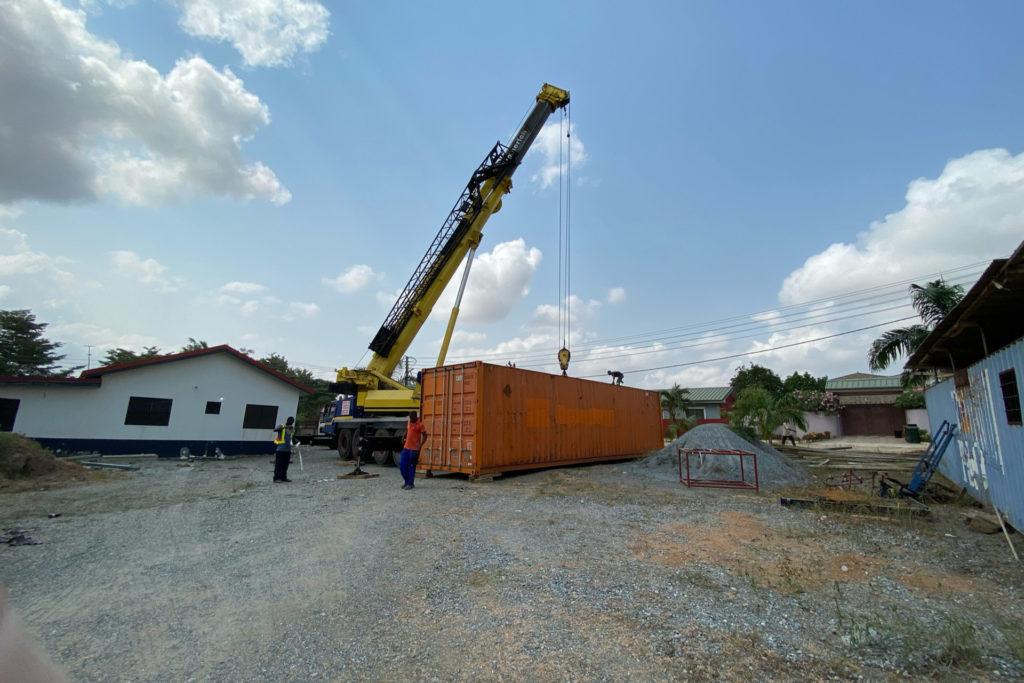 Januar 2021: Der Container wird abgeladen