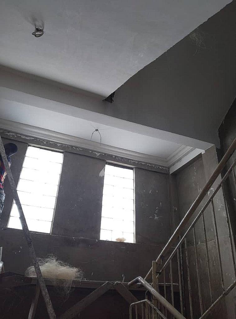 März 2021: Deckenarbeiten im Treppenhaus